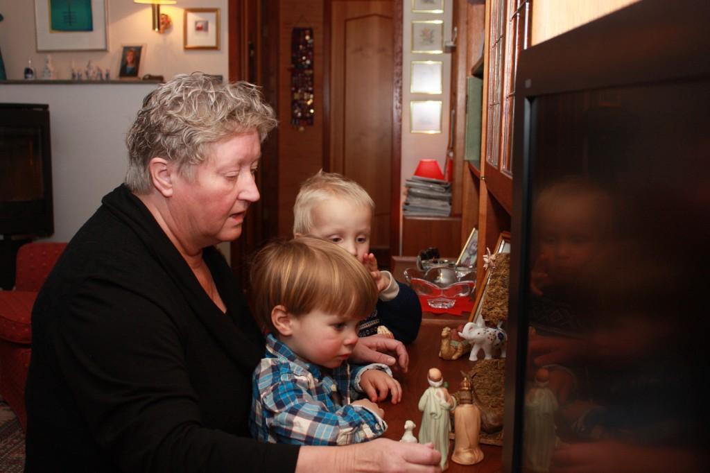 Bestemor Reidun, Morgan og Birk Andreas steller i stand julekrybba på julaften