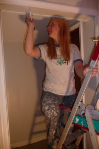 Anne Mina maler gangen i det nye huset